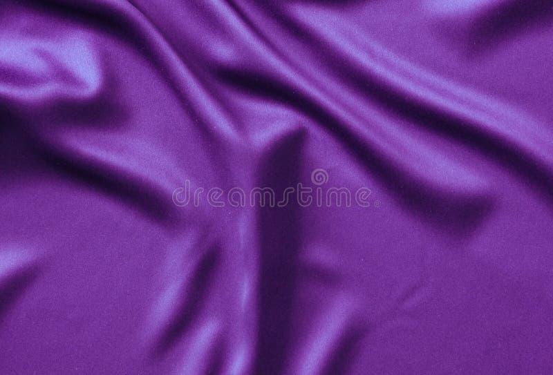 Textuursatijn De achtergrond van de zijde glanzend golvend patrooncanvas kleurenstof, doekpurple royalty-vrije stock afbeeldingen