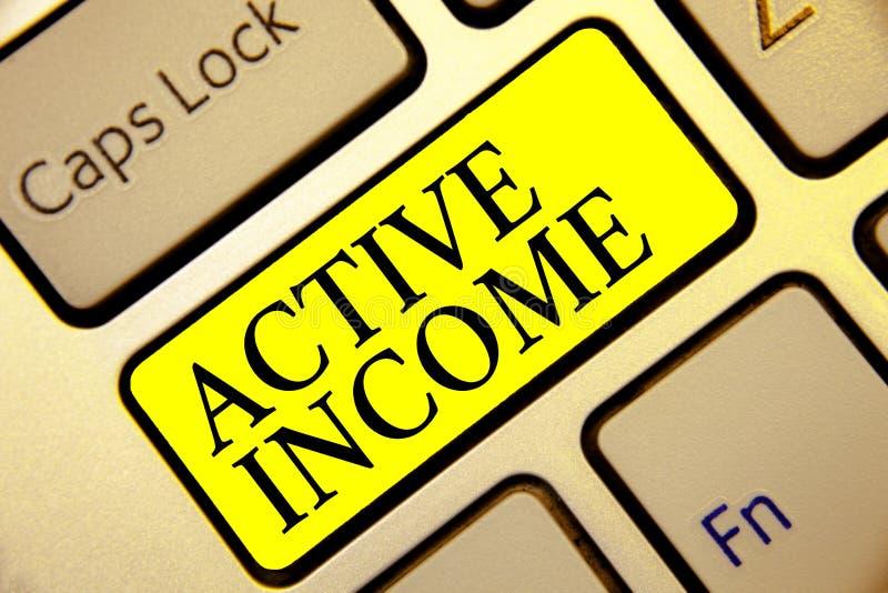 Textzeichen, das aktives Einkommen zeigt Begriffsfoto Abgaben bezahlt Pensions-Kapitalanlagen-Tipp-Tastaturgelb lizenzfreies stockfoto