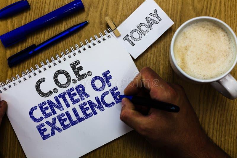 Textzeichen, das C zeigt O E-Kompetenzzentrum Das Begriffsfoto, das Alphaführer in Ihrer Position ist, erzielen den Mann, der Mar stockbilder
