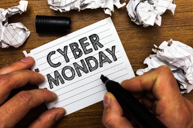 Textzeichen, das Cyber Montag zeigt Begriffsfoto Marketingbegriff für Montag nach Erntedankfest im US-Mann, der Markierung hält lizenzfreies stockbild