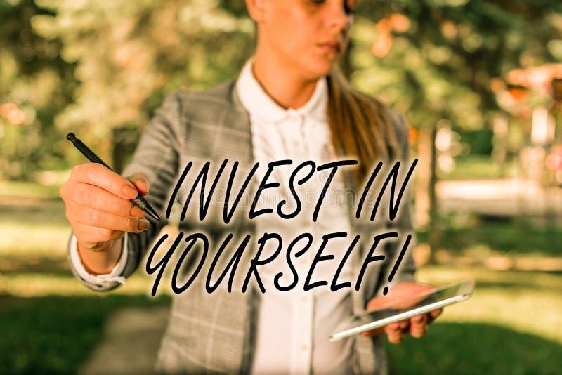 Textzeichen, das Invest in Ihnen selbst zeigt Conceptual photo lernt neue Dinge oder Materialien und macht so Ihr Los besser im F lizenzfreie stockbilder