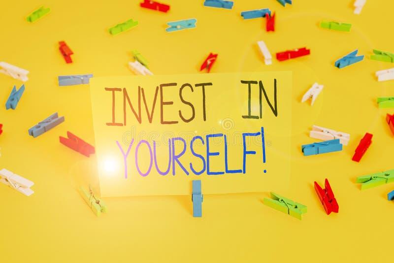Textzeichen, das Invest in Ihnen selbst zeigt Konzeptfotografie in einem Trainer oder eine Schulung zum Erlernen neuer Dinge Farb stockbild
