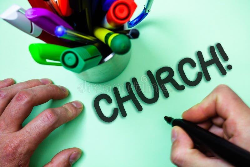 Textzeichen, das Kirche zeigt Begriffsfoto Kathedralen-Altar-Turm-Kapellen-Moscheen-Schongebiet-Schrein-Synagoge-Tempel-Mann, der stockbilder