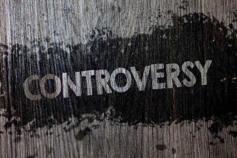 Textzeichen, das Kontroverse zeigt Begriffsfoto Widerspruch oder Argument über etwas wichtig zu Leute hölzernem hölzernem backgro lizenzfreies stockbild