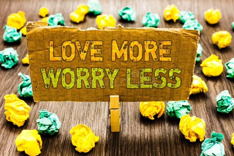 Textzeichen, das Liebe mehr Sorge kleiner zeigt Begriffsfoto lassen eine gute Haltungsmotivation liebenswürdig sein genießen Lebe stockfotos