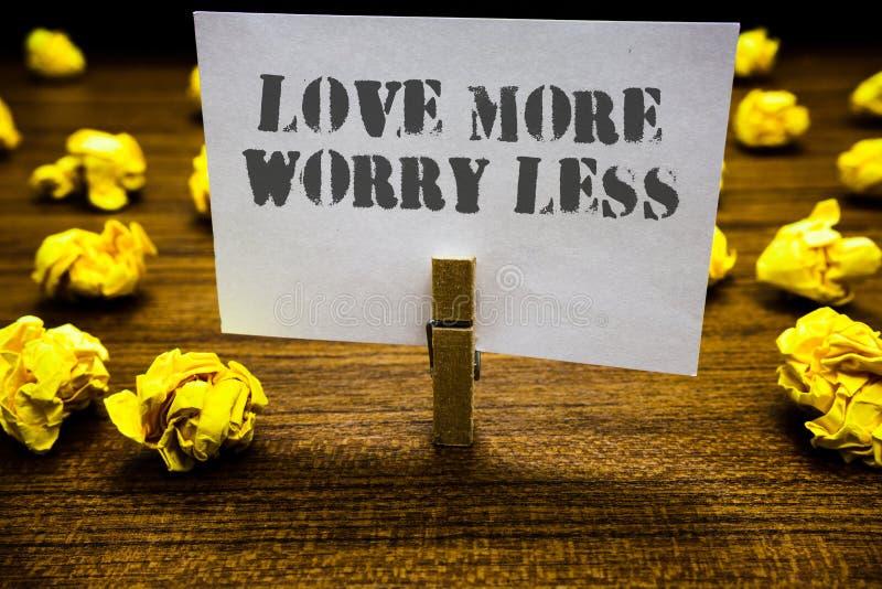 Textzeichen, das Liebe mehr Sorge kleiner zeigt Begriffsfoto lassen eine gute Haltungsmotivation liebenswürdig sein genießen Lebe stockbilder