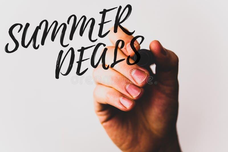 Textzeichen, das Sommer-Angebote zeigt Begriffsfotos Sonderverkäufe bietet für Ferien-Feiertags-Reise-Preis-Rabatte an stockfoto