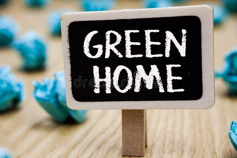 Textzeichen, das umweltgerechtes Haus zeigt Begriffsfoto ein den Bereich gefüllt mit Anlagen und Bäumen, in denen Sie Tafel zerkn stockfotos