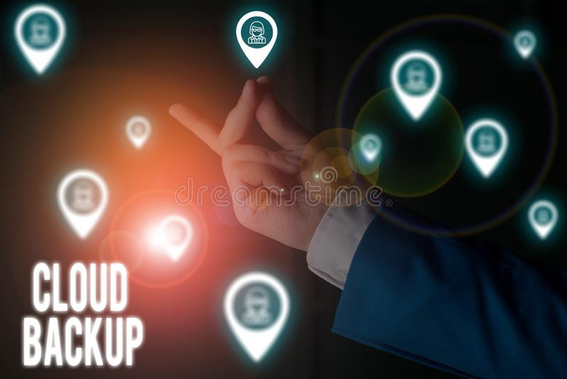 Textzeichen mit Cloud-Backup Konzeptuelles Foto ermöglicht Kunden den Remote-Zugriff auf die Dienste des Anbieters Male stockfotos