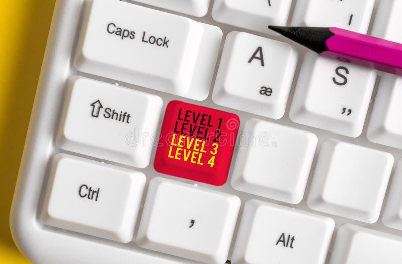 Textzeichen mit den Stufen 1, 2, 3 und 4 Konzeptionelles Foto Stufen Stufen eines Prozessablaufs Weiße PC-Tastatur mit leerer Auf stockfoto
