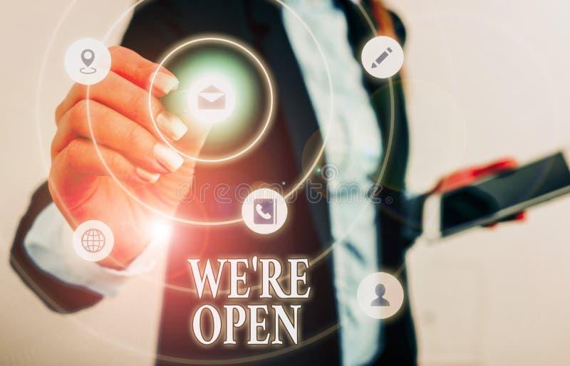 Textzeichen mit der Meldung 'Wir sind offen' Konzeptionelle Fotoantworten auf den Client, der Shop ist zu diesem Zeitpunkt verfüg lizenzfreie stockfotos