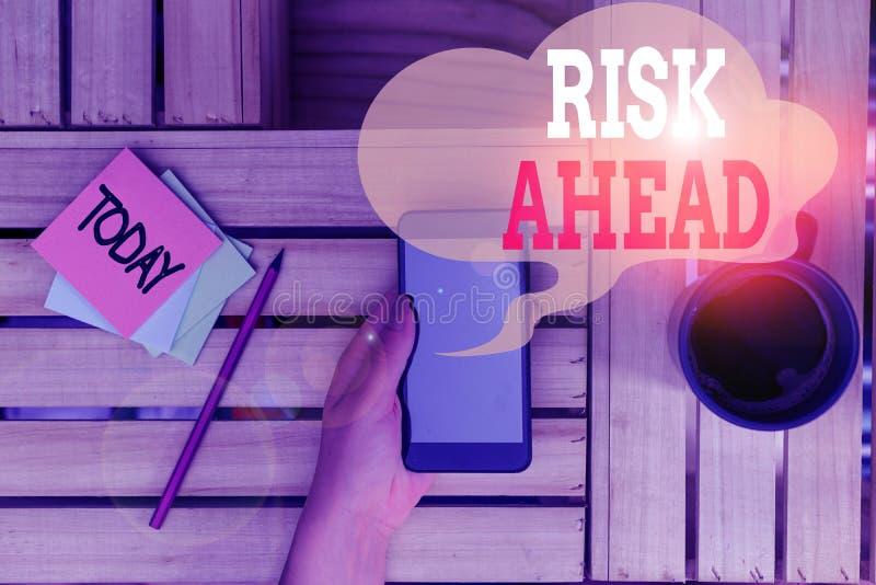 Textzeichen mit Risikoübersicht Concept-Foto Eine Wahrscheinlichkeit oder Gefahr von Schäden, Verletzungen, Haftung, Verlust Frau lizenzfreies stockfoto