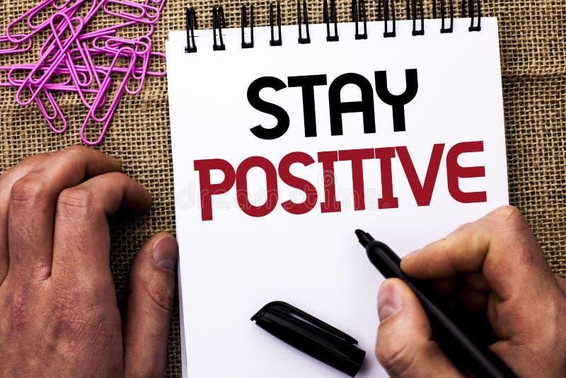 Textzeichenvertretung Aufenthalts-Positiv Das Begriffsfoto ist optimistische motivierte gute Haltung geschrieben vom Mann angespo stockfotos