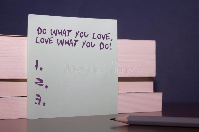 Textzeichenvertretung tun, was Sie Liebe lieben, was Sie tun E stockfotografie