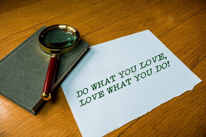 Textzeichenvertretung tun, was Sie Liebe lieben, was Sie tun E stockfotos