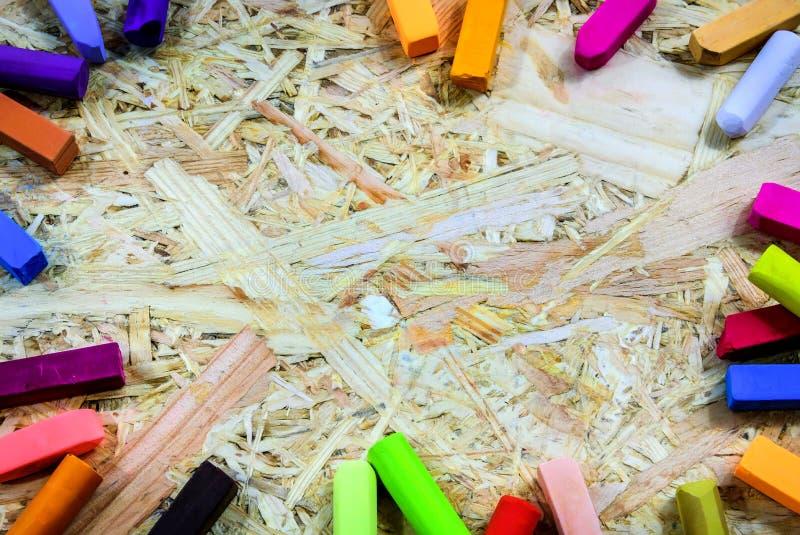 Thème coloré de papier peint avec la craie colorée sur le conseil 001 image stock