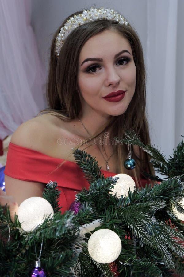 Thème de bonne année et de Noël Une belle femme est reposante et regardante le cadre photo libre de droits