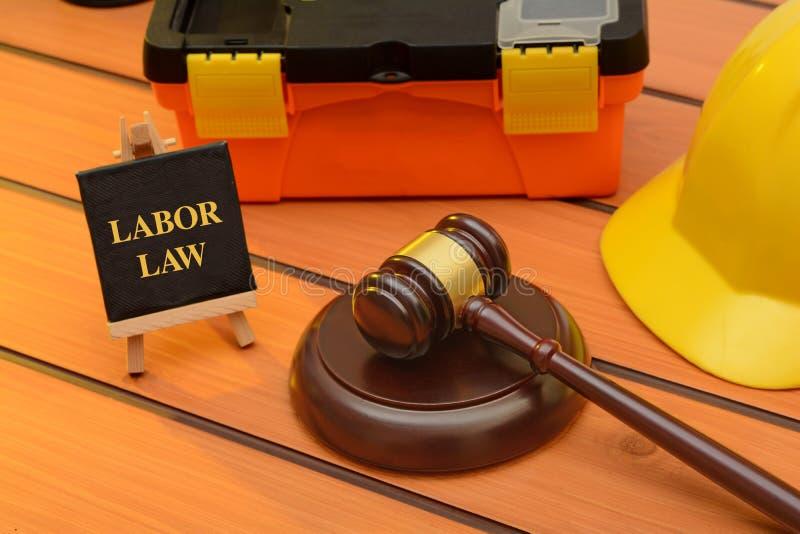 Thème de droit du travail avec le marteau en bois sur la table, concept de législation photo stock