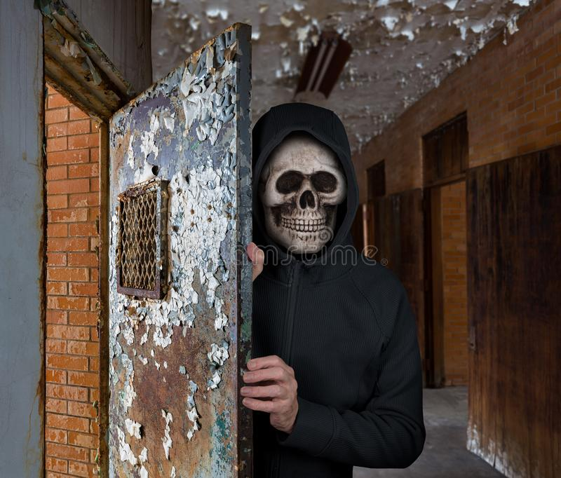 Thème de Halloween de l'homme avec le masque de crâne te souhaitant la bienvenue à la prison image libre de droits
