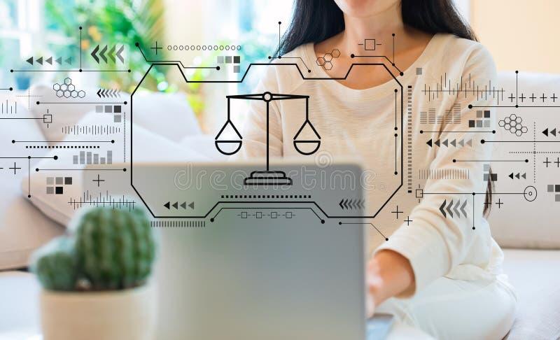 Thème de justice avec la femme à l'aide de son ordinateur portable image libre de droits