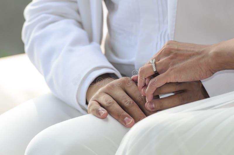 Thème de mariage, mains de participation photo libre de droits