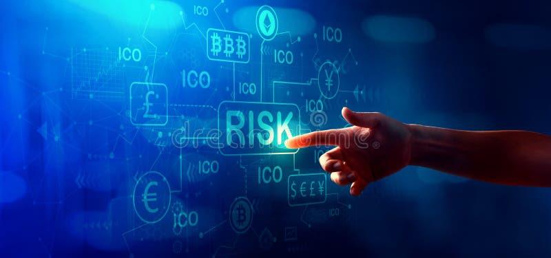 Thème de risque de Cryptocurrency ICO avec la main appuyant sur un bouton photos libres de droits