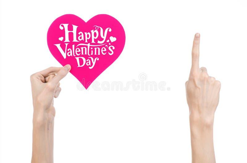 Thème de Saint-Valentin et d'amour : la main tient une carte de voeux sous forme de coeur rose avec la Saint-Valentin heureuse de images libres de droits