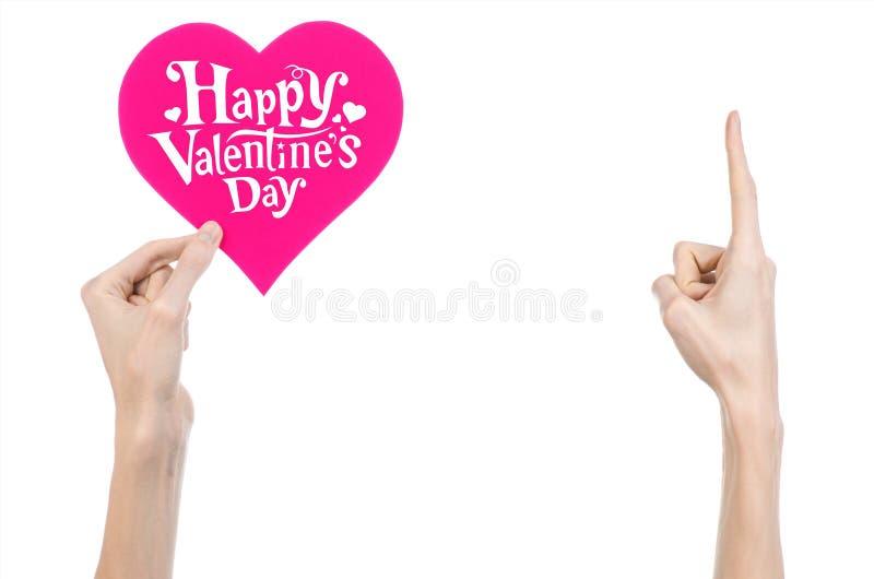 Thème de Saint-Valentin et d'amour : la main tient une carte de voeux sous forme de coeur rose avec la Saint-Valentin heureuse de photos libres de droits