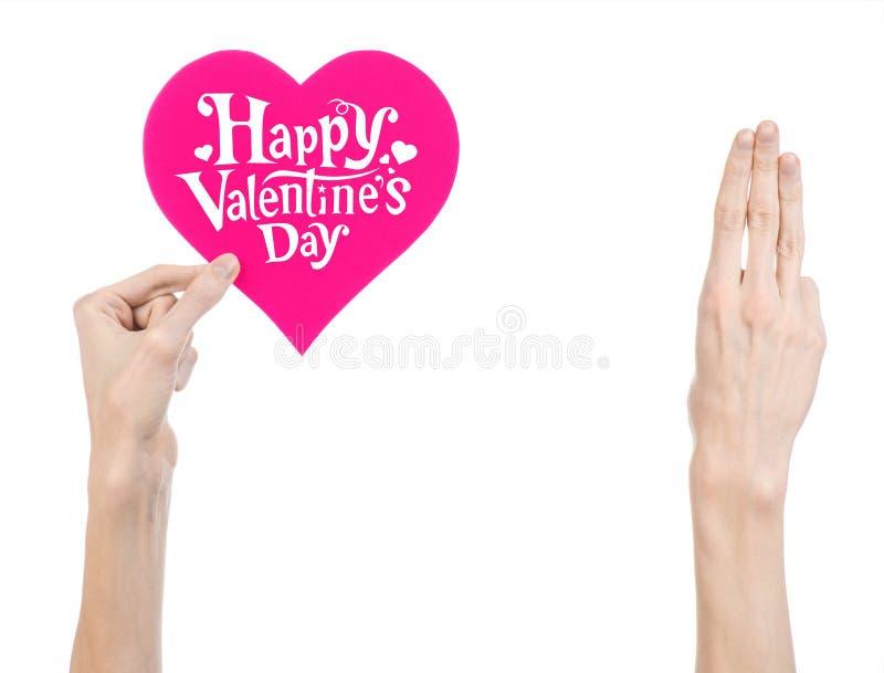 Thème de Saint-Valentin et d'amour : la main tient une carte de voeux sous forme de coeur rose avec la Saint-Valentin heureuse de photo stock