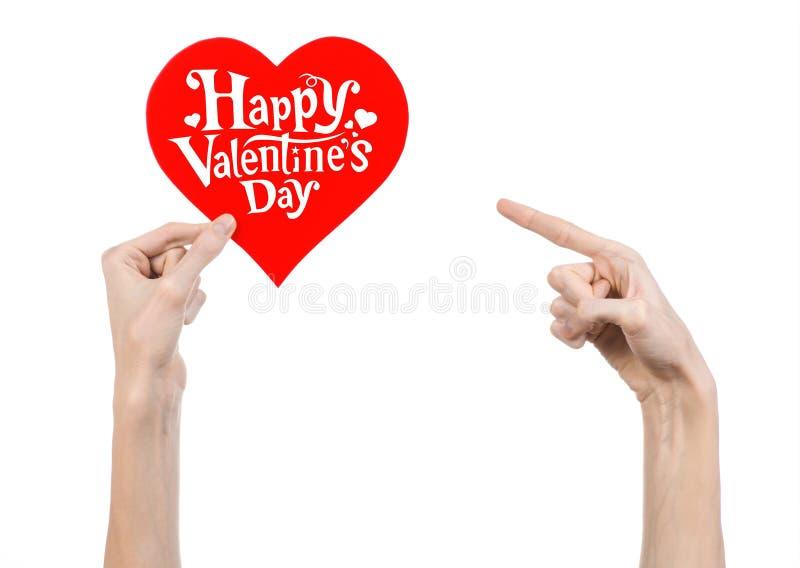 Thème de Saint-Valentin et d'amour : la main tient une carte de voeux sous forme de coeur rouge avec la Saint-Valentin heureuse d photo stock