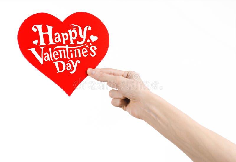 Thème de Saint-Valentin et d'amour : la main tient une carte de voeux sous forme de coeur rouge avec la Saint-Valentin heureuse d photos libres de droits
