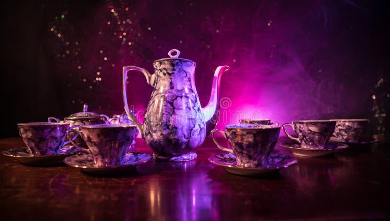 Thème de thé et de café de fond de nourriture Pot en céramique de thé ou de café de vieux vintage avec les tasses cruche et la ta image stock