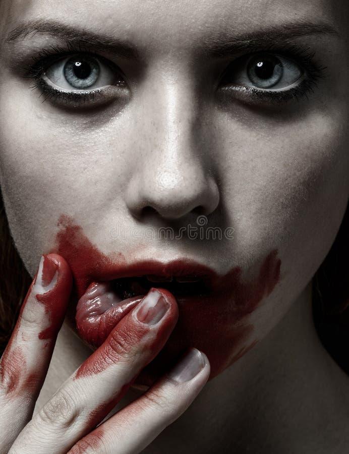 Thème effrayant de fille et de Halloween : portrait d'une fille folle avec un visage ensanglanté dans le studio photos stock