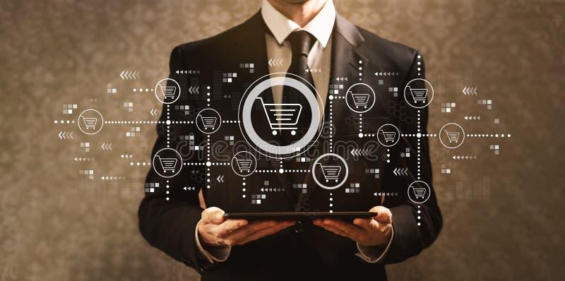Thème en ligne d'achats avec l'homme d'affaires tenant une tablette illustration de vecteur