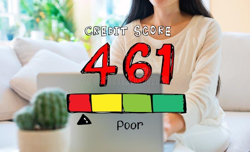 Thème pauvre de score de crédit avec la femme à l'aide de son ordinateur portable photographie stock libre de droits