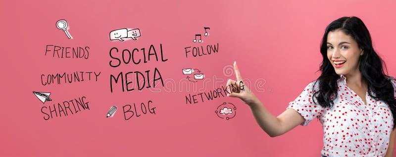 Thème social de médias avec la jeune femme images libres de droits