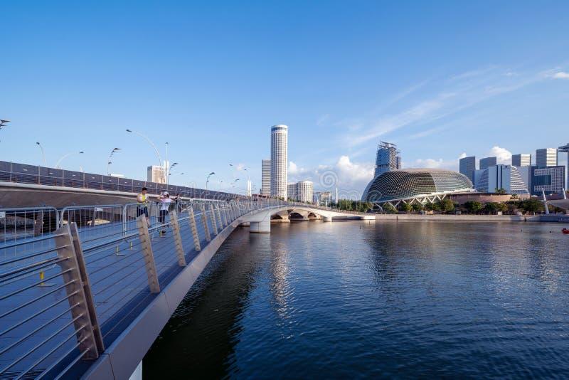 Théâtre d'esplanade et pont de jubilé dans la ville du centre de Singapour Région de Marina Bay Bâtiments financiers de secteur e images libres de droits