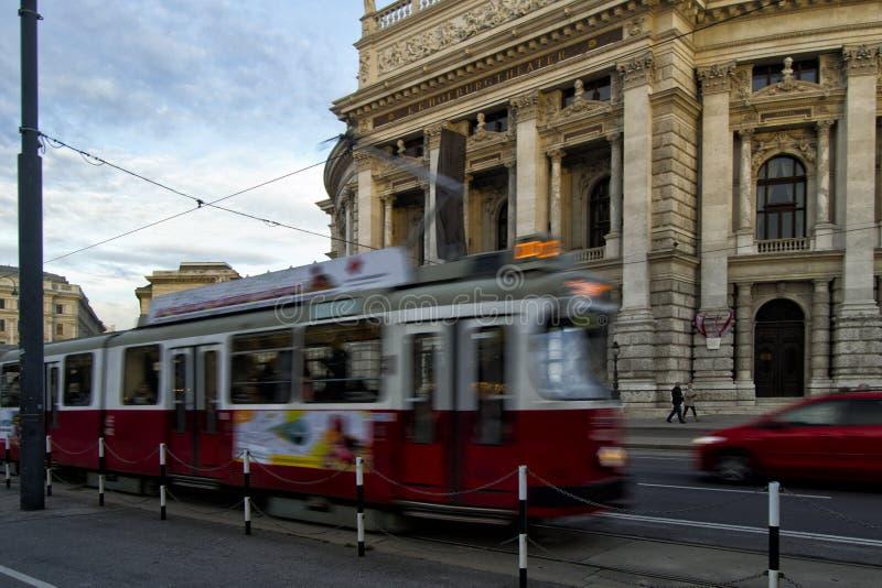 Théâtre de Hofburg avec le tram mobile photos libres de droits
