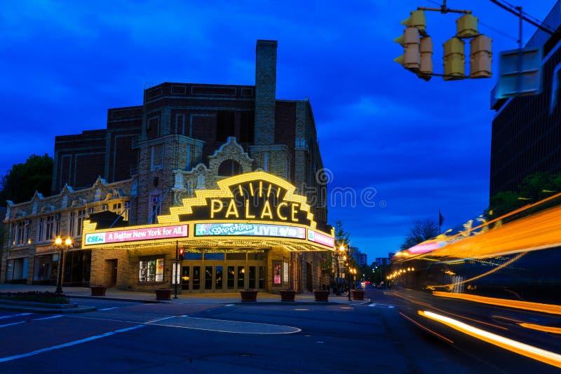 Théâtre de palais Albany NY sur un pluvieux tranquille samedi soir photo libre de droits