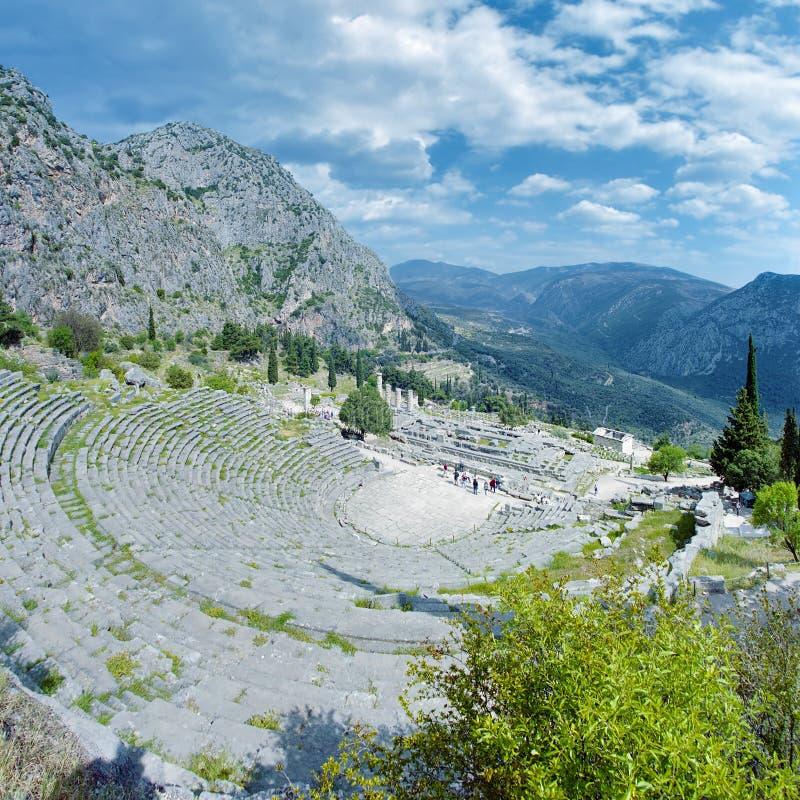 Théâtre et ruines du temple d'Apollo à Delphes image stock