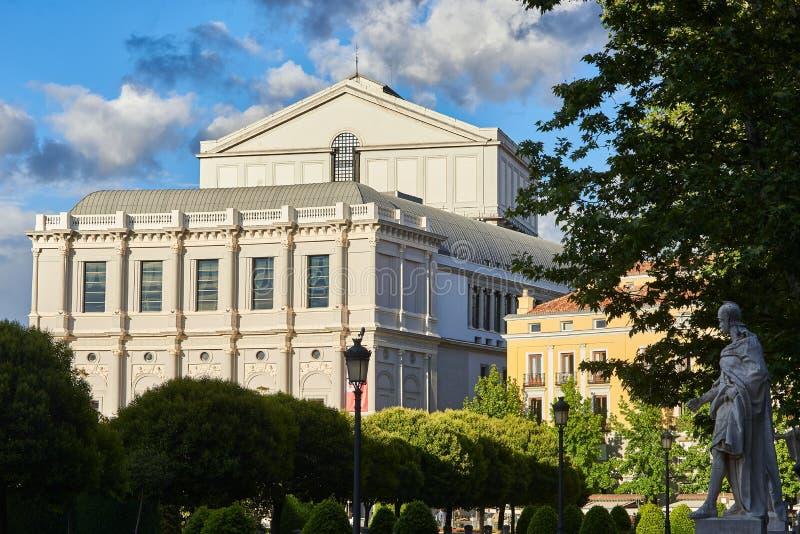 Théâtre et statue royaux du Roi Ataulfo de Goth à Madrid photographie stock libre de droits