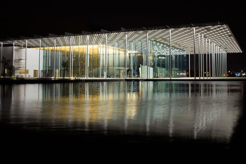 Théâtre international du Bahrain la nuit photographie stock