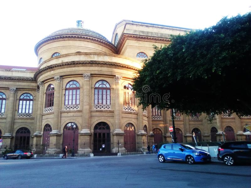 Théâtre Massimo de Palerme vu du côté gauche image stock