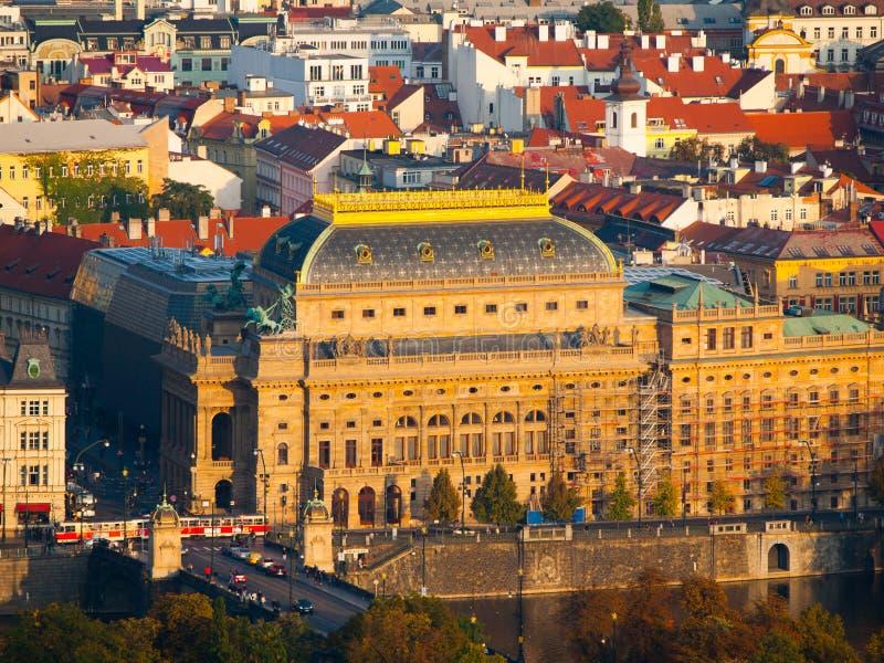 Théâtre national de Prague dans la République Tchèque - vue de soirée de colline de Petrin images stock