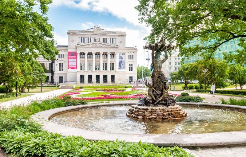 Théâtre national letton d'opéra et de ballet avec la fontaine de nymphe image libre de droits