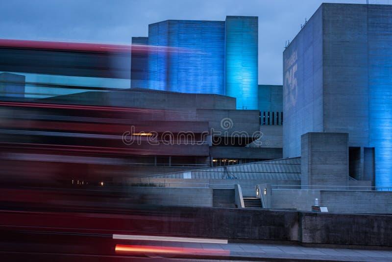 Théâtre national, Southbank, Londres avec l'autobus brouillé photographie stock