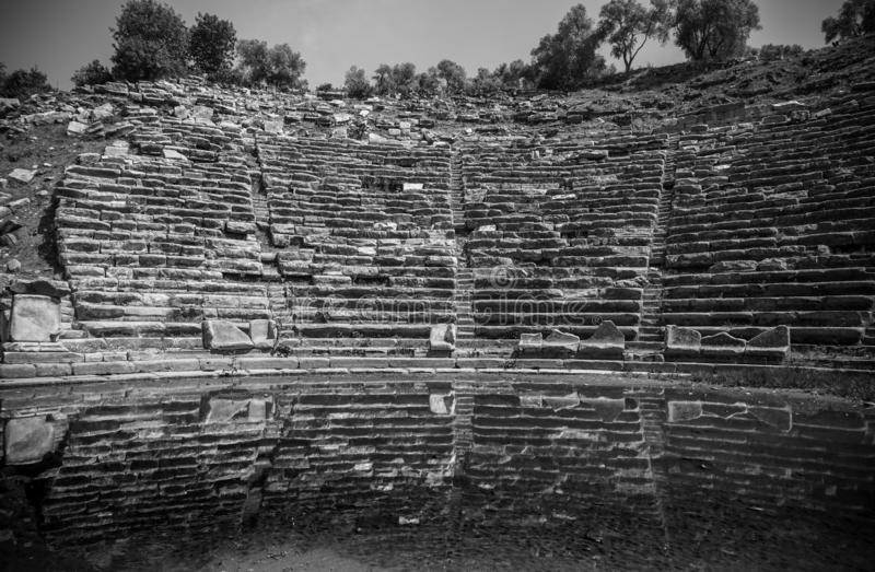 Théâtre noir et blanc de ville antique de Stratonikeia avec la réflexion Une vue du secteur d'étape Ville des gladiateurs Mugla,  photo libre de droits