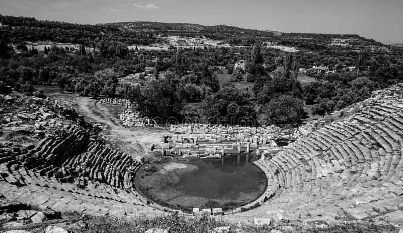 Théâtre noir et blanc de ville antique de Stratonikeia Une vue du haut du théâtre Ville des gladiateurs Mugla, Turquie photo libre de droits