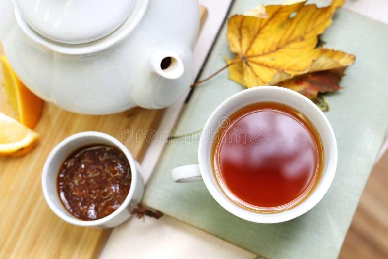 Thé avec de la confiture de prune image stock
