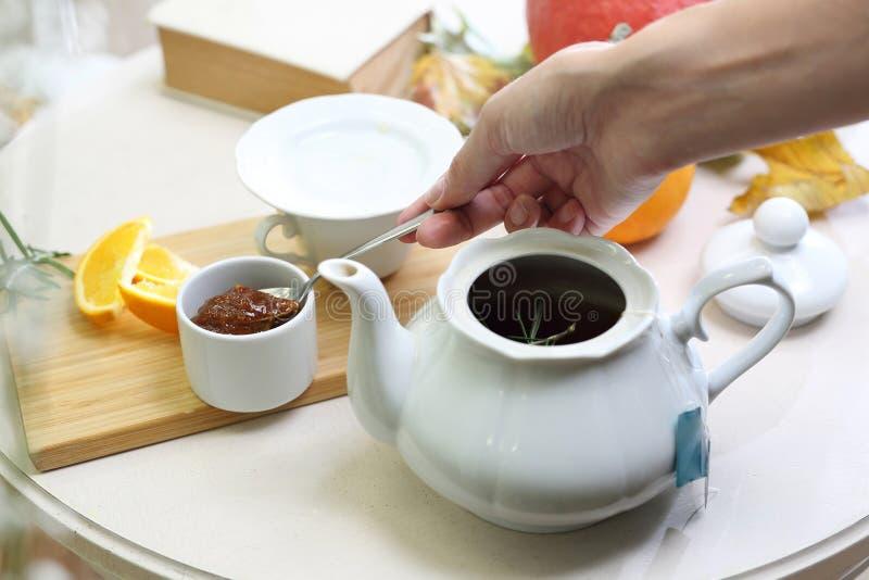 Thé avec de la confiture de prune photographie stock libre de droits